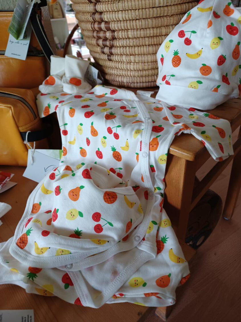 Fairtrade Babymode mit Früchte-Motiv